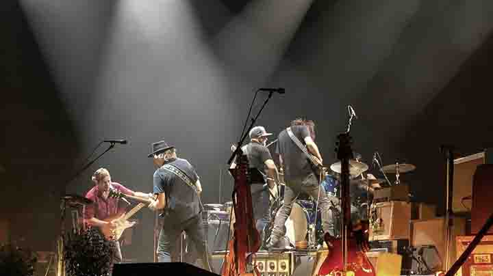 NEIL YOUNG + PROMISE OF THE REAL NAAR ZIGGO DOME AMSTERDAM
